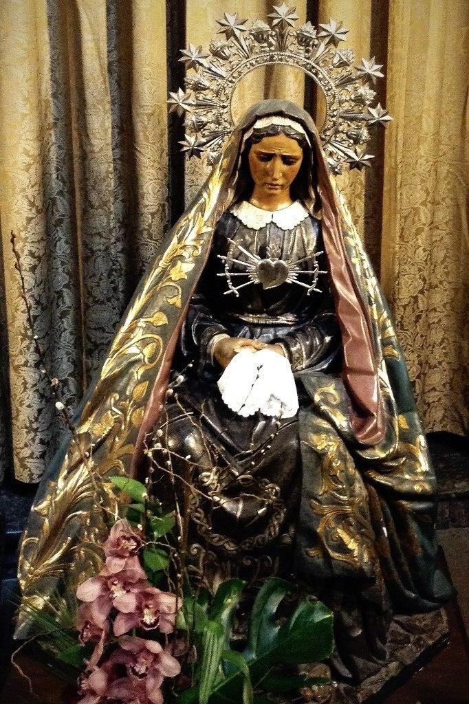 """Кафедральный собор в Барселоне. Капитулярный зал. Фигура сидящей Богоматери Марии в Распятии """"Христа Лепанто""""."""