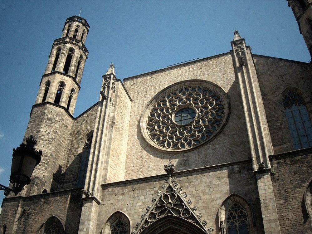 Церковь Санта-Мария-дель-Мар. Витражная розетка на западном - входном - фасаде и два контрфорса для усиления устойчивости стены.