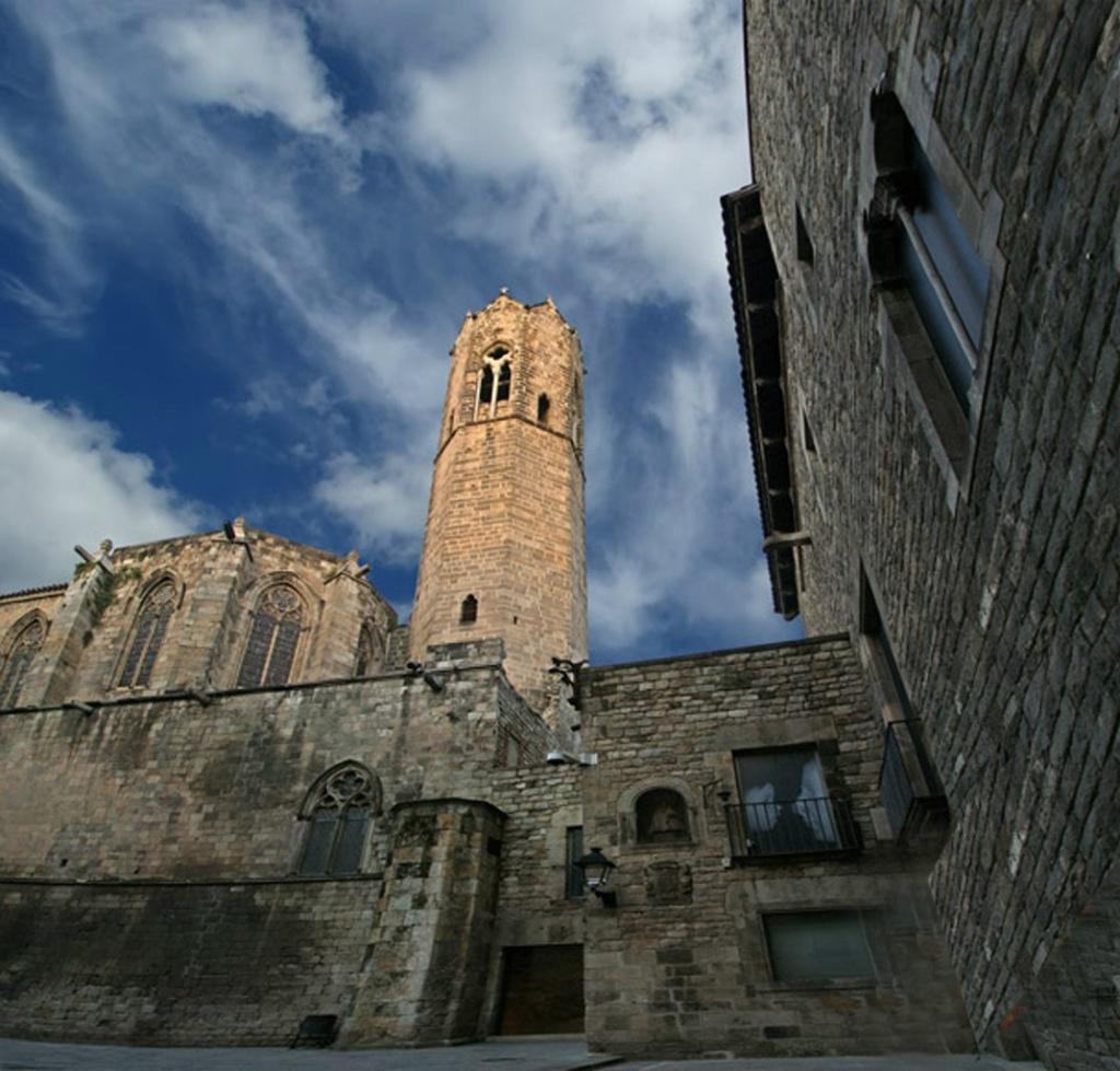 Барселона. Готический квартал. Королевская площадь (Placa del Rei) - настоящий ансамбль средневековой архитектуры. Эта же площадь является парадным двором Королевского дворца.