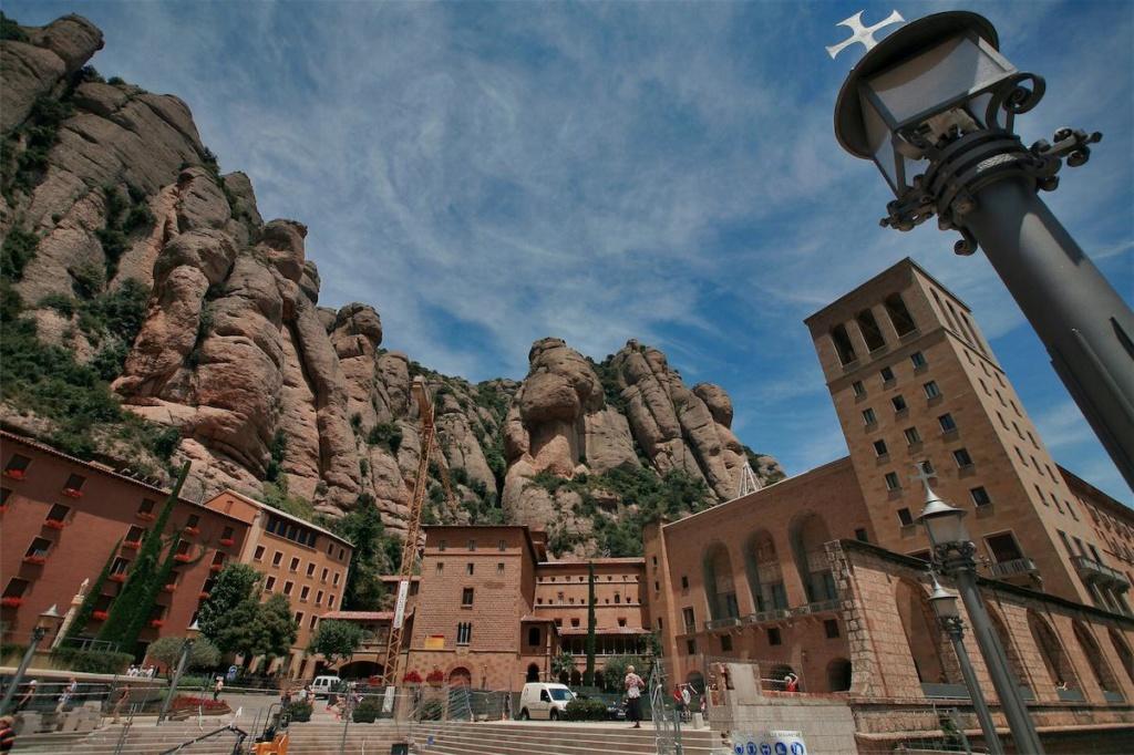 Монастырь Монтсеррат у подножия гряды скальных гигантов...