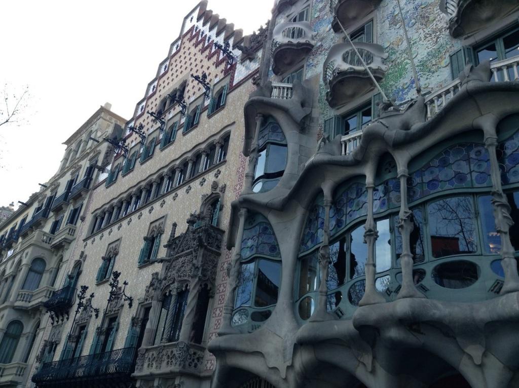 Барселона. Бульвар Passeig de Gràcia, «Квартал несогласия», Каса Бальо Гауди - первый справа. Каса Амалье - за ним..