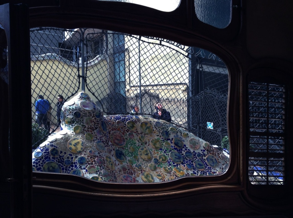 Барселона. Каса Бальо. Антонио Гауди. 1906 год. Окно-витраж в гостиной бельетажа с видом на террасу, Фото А. Вьюгиновой.