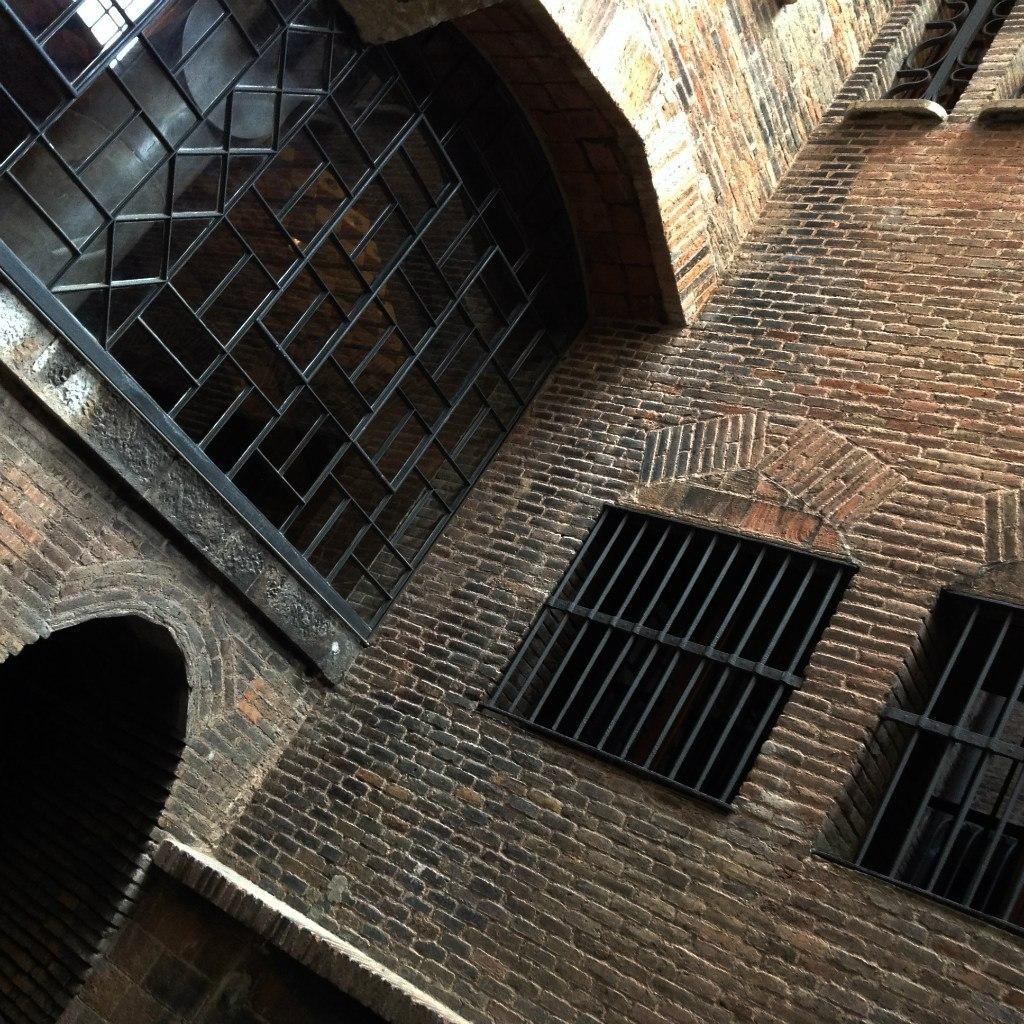 Дворец Гуэля. Бывшие конюшни. Световой двор между резиденцией и подсобными помещениями на подвальном (цокольном) этаже. Внизу слева - переходной мост на уровне первого этажа Дворца.