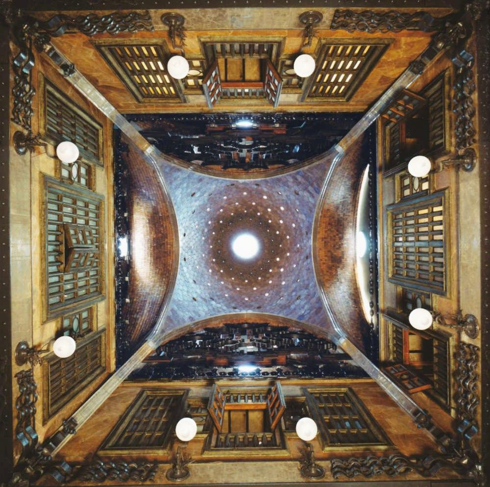 Дворец Гуэля. По сути, перед нами - ортогональная проекция купола на парусах, открытой галереи и второго уровня, на котором за решетчатыми панелями прячутся жилые апартаменты. Геометрия здесь выдержана досконально - вплоть до деталей.