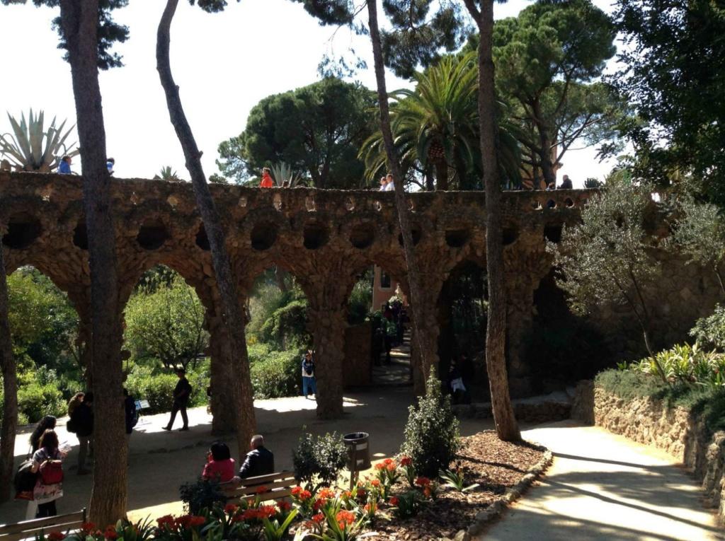 """Парк Гуэля. Нижний виадук (""""Музейный"""") в готическом стиле. Виадук перед домом-музеем Гауди служит галереей для медленных прогулок и создает тень в залитом солнцем Парке..."""