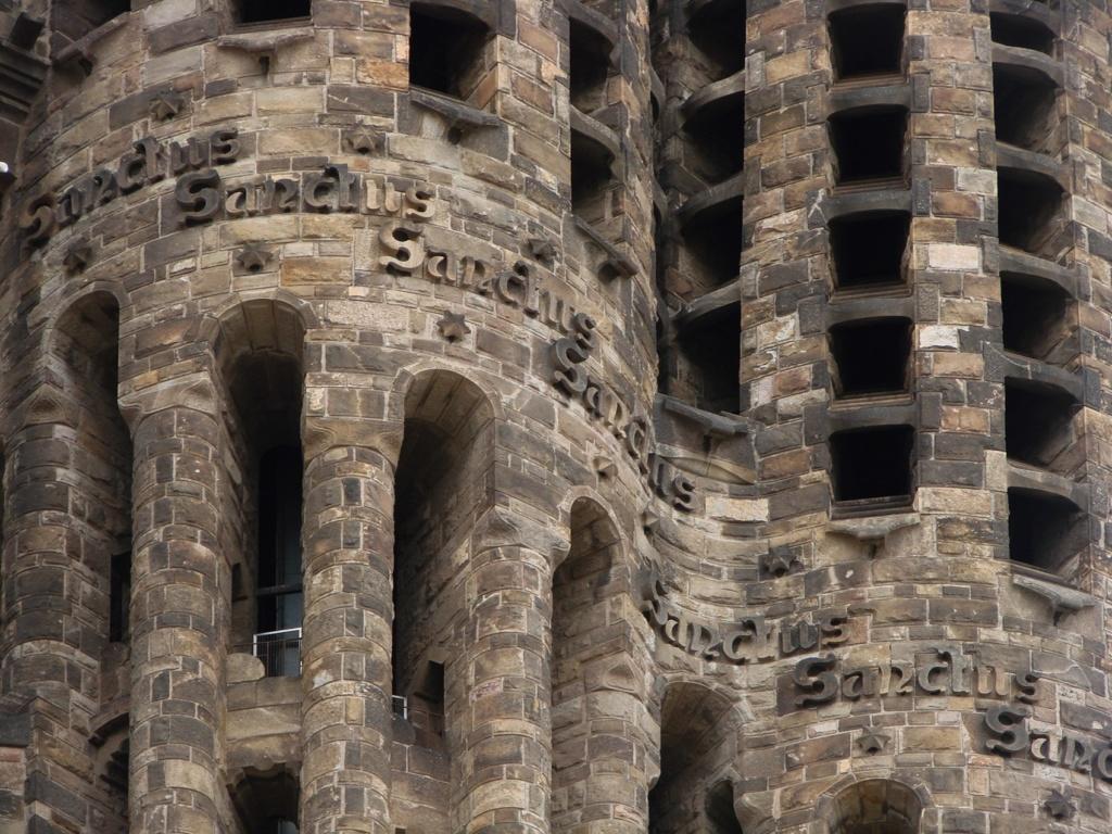 Веретенообразная форма башен-колоколен Sanctus Са́нктус, Свят, свят, свят, Серафимская песнь — древний христианский литургический гимн, входит в состав большинства древних литургий, как западных, так и восточных.