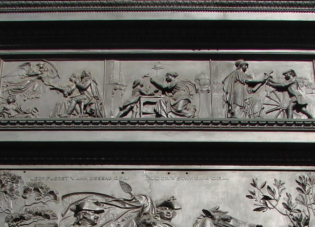 Унтер-ден-Линден. Конный монумент Фридриха II Великого. Ск. Раух Христиан-Даниэль. 1840 - 1851 годы. Во фризе постамента изображена легенда о детстве кронпринца. Родители молят богов о сыне, и боги к их просьбам нисходят.