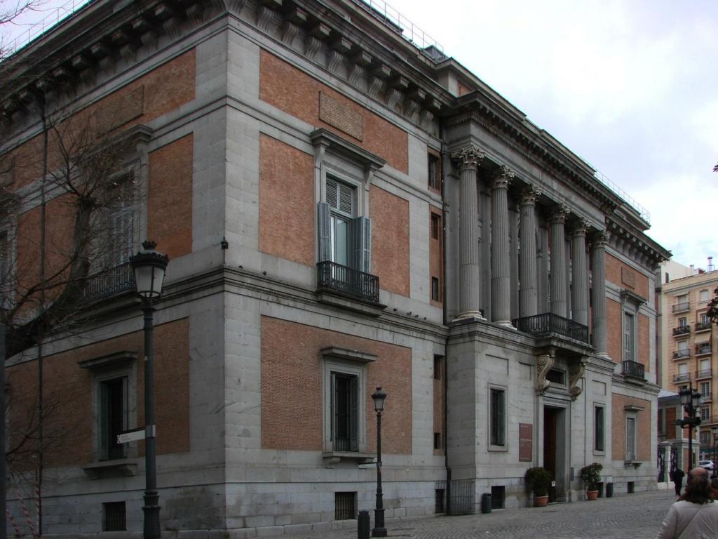 Торец здания музея Прадо. За ним - нынешний вход в музей.
