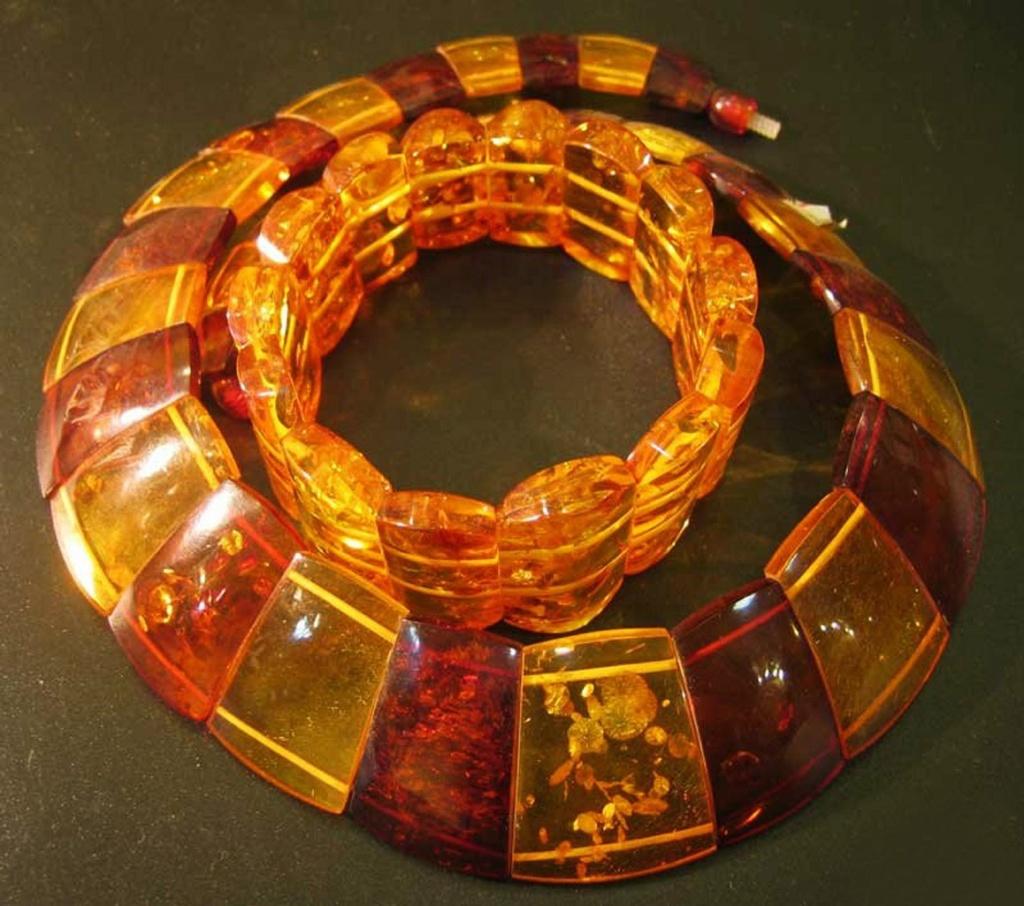 Гривна из янтаря (носится на шее)  и браслет (носится на левой руке непременно). Человек сохраняет в себе Солнечный свет, человек передает его другим людям (от сердца сердцу).