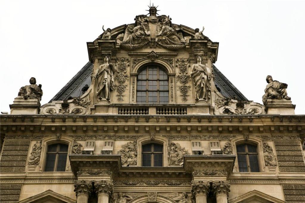 Завершение строительства Квадратного двора Лувра при Людовике XIII (1610—1643) в стиле, называемом его именем.