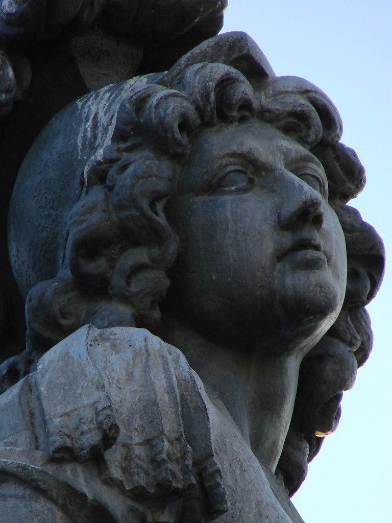 Конная статуя Людовика XIV, что установлена на площади Лувра в качестве точки отсчета ИСТОРИЧЕСКОЙ ОСИ ПАРИЖА....