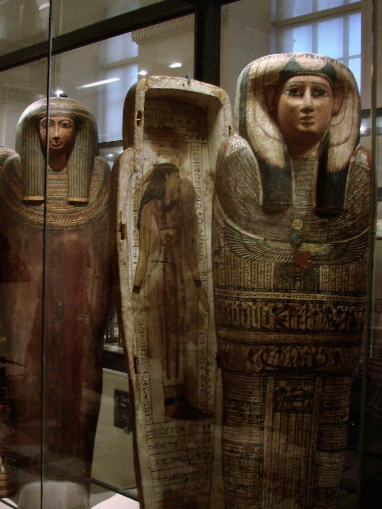 """Антропоморфныые деревянные саркофаги для знати (""""простых богатых людей"""" - сообщают аннотации). Новое царство. Ушебти изображались со скрещенными на груди руками, с какими-нибудь орудиями труда. Эти - безрукие - точно для знати."""