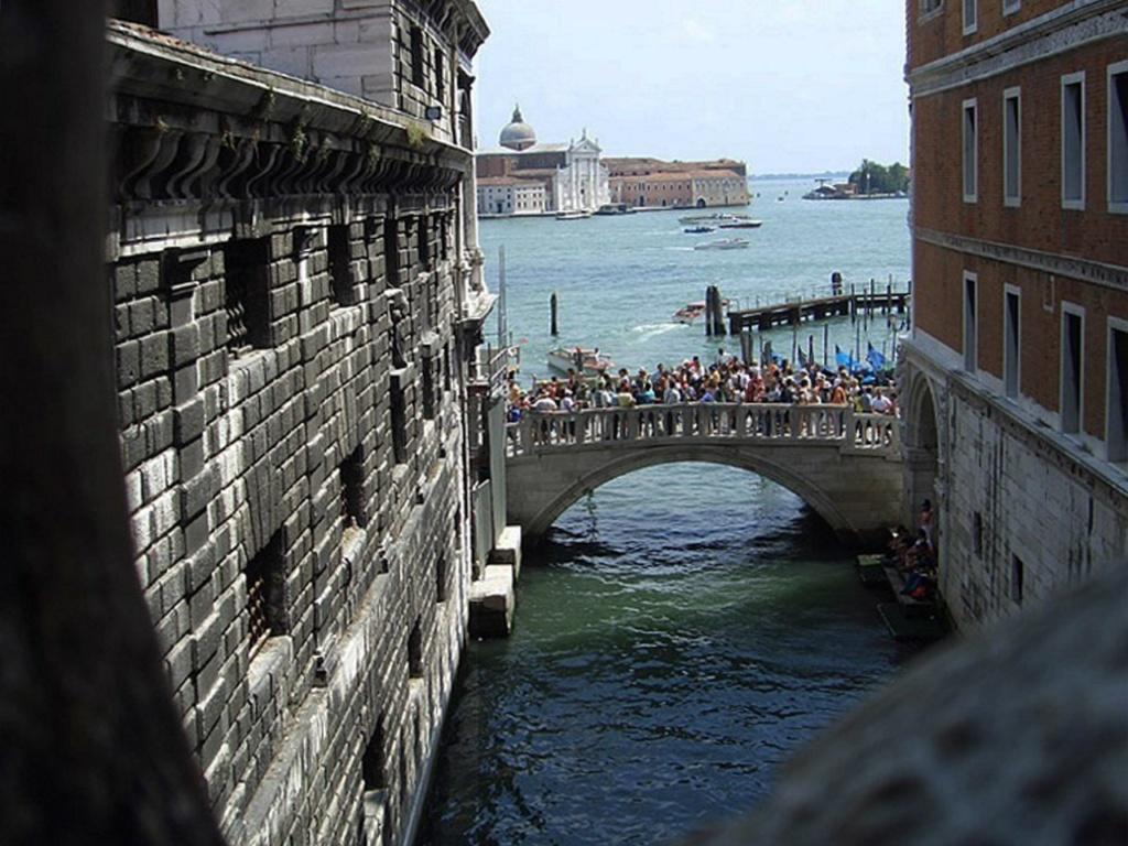 Думаю, что многие зарыдали... Вот такая она - Венеция: обольстительная красавица, игравшая с венецианцами в бесчеловечные игры...