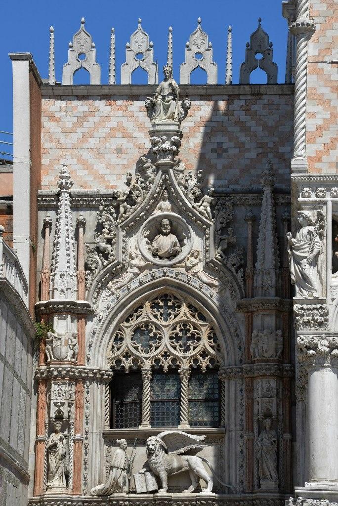 Дворец Дожей – грандиозный дворец, построенный в XIV-XV в.в. на сваях, является памятником итальянской готической архитектуры, мавританской и ренессансной.. Все в себя вбирала Венеция...