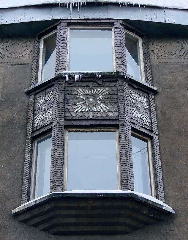 Рига, Доходные дома. Улица Альберта, дом 11. Арх. Эжен Лаубе. В общем плане - Северный модерн, по-лифляндски стиль называют Национальной романтикой. Эркер на уличной фасадной стене. Фото Марины Бреслав