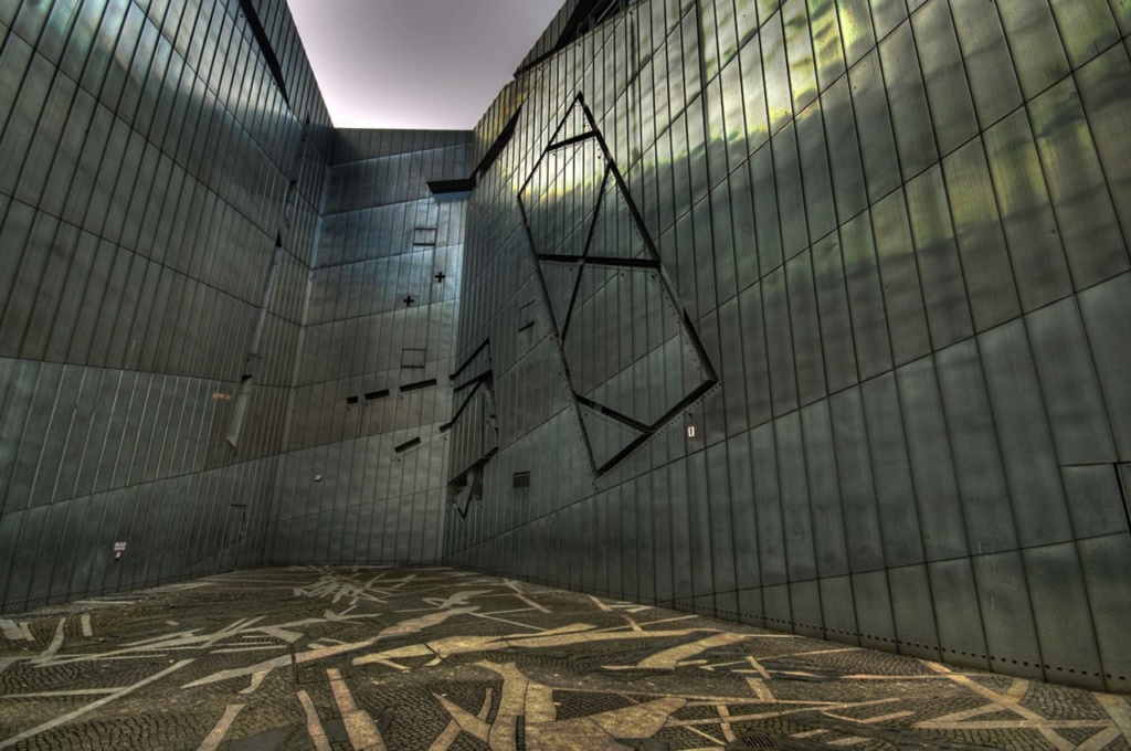 Берлин. Еврейский музей. Фрагменты стен с окнами... Фото из Интернета.