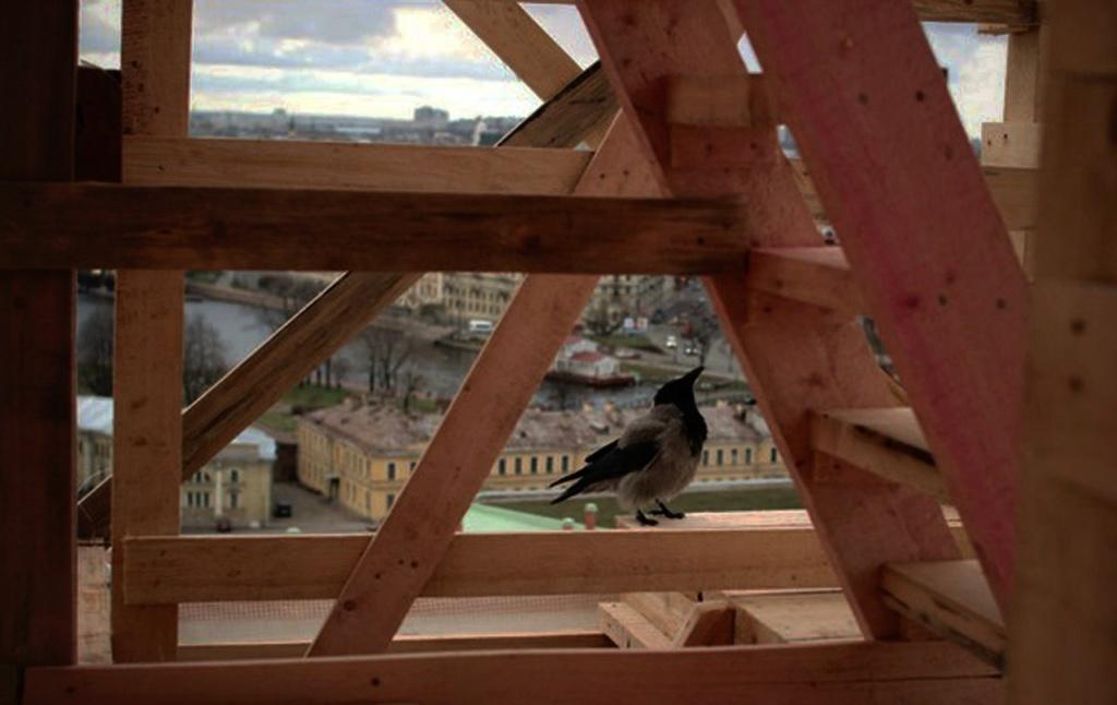 За исполнителями реставрационных работ незримые силы наблюдают...