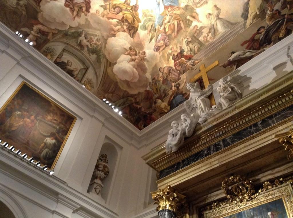 """Толедский собор. Ризница. Алтарь, в котором находится картина Эль Греко """"Эсполио"""", и уходящий ввысь расписной потолок с вознесением в небо Девы Марии..."""
