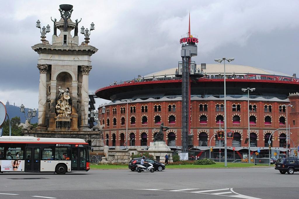 """Барселона. Арена для корриды """"Toros Monumental"""". Это - величественное сооружение, сочетающее в себе арабское и византийское влияние. Внешне арена похожа на римский Колизей - окружена высоким барьером, за которым идут зрительские места."""