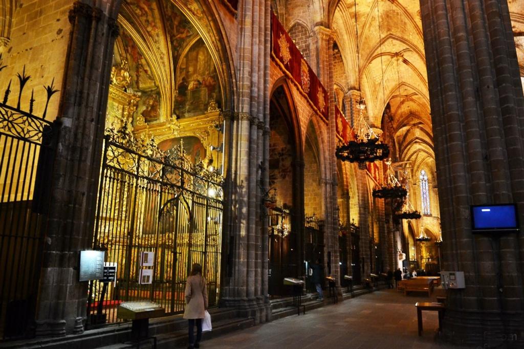 Кафедральный собор в Барселоне. 26 капелл, по 12 с южной и северной стороны, еще 2 со стороны главного входа. В каждой из них находятся многочисленные алтари XIV и XV веков, считающиеся высочайшими образцами каталонского искусства.