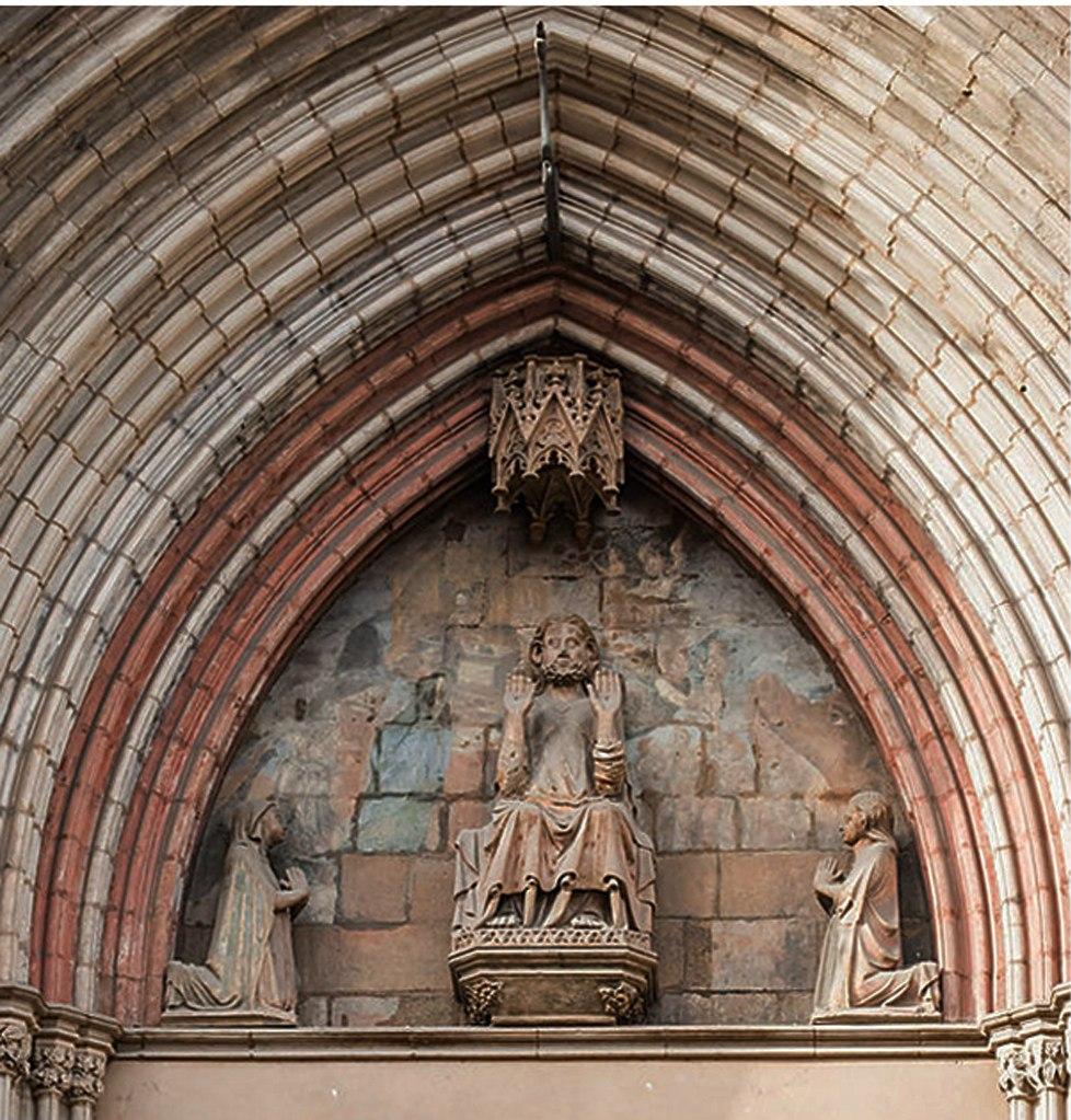 Церковь Санта-Мария-дель-Мар. На тимпане портика представлен так называемый Деесис (Deesis), то есть фигура благословляющего Христа, восседающего на троне, по бокам которого на коленях стоят Иоанн и Мария.