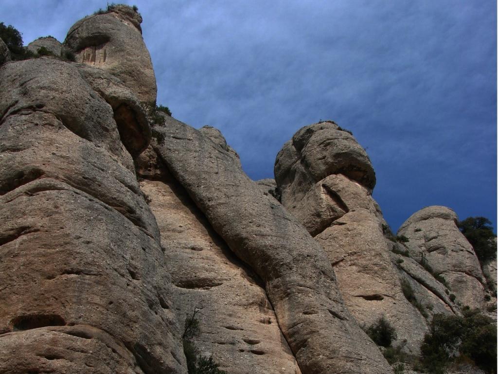 Каменные гиганты, нависшие над монастырем Монтсеррат... Фото М. Бреслав.