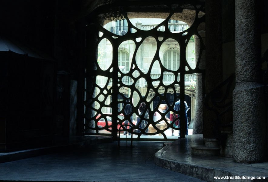 Каса Мила. Антонио Гауди. Вестибюльный этаж Дома. Входной портал - витражный...