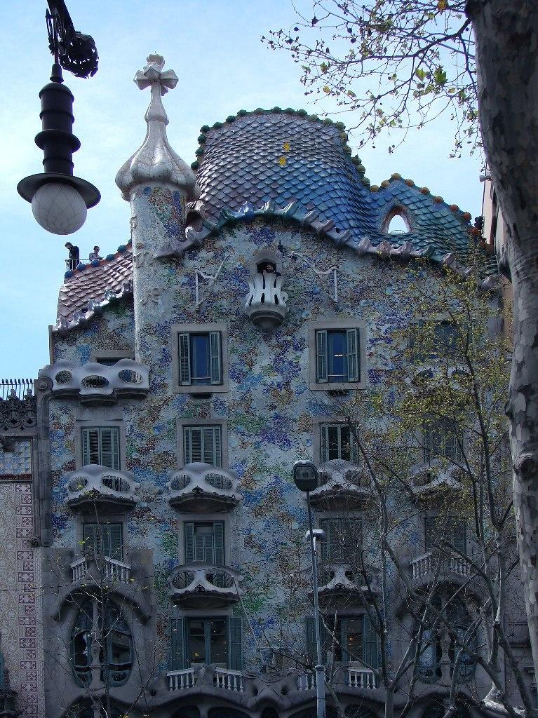 Барселона. Антонио Гауди. Дом Бальо («Дом костей»). 1906. Включен в список «Всемирное наследие ЮНЕСКО» в 2005 году.