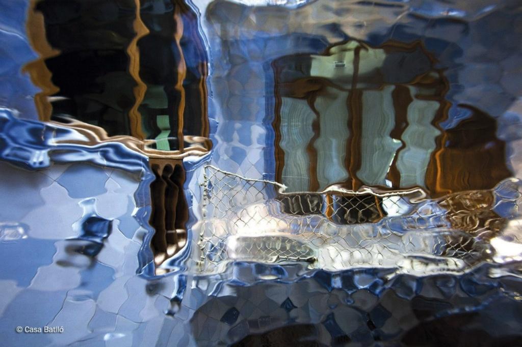 Барселона. Каса Бальо. Антонио Гауди. 1906. Иллюзорные отражения стен двора в рифленом стекле. Двор живой - двор струится, хотя на самом деле он статичен.
