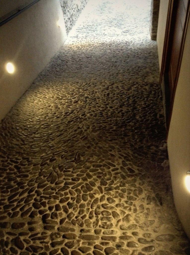 Дворец Гуэля. Подвальный (цокольный) этаж с бывшими конюшнями. Пандус, ведущий в подвальный этаж конюшен, по которому проводили распряженных лошадей.