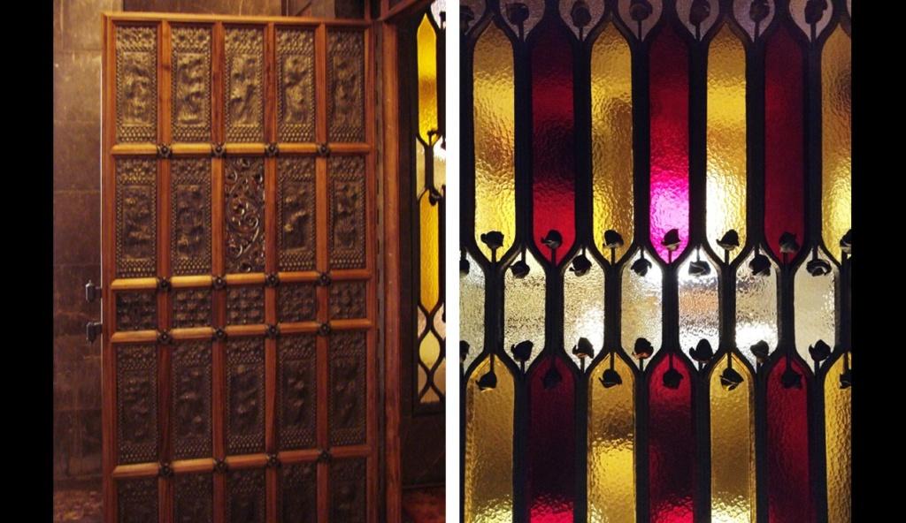 Дворец Гуэля. Вестибюльная группа. В центре верхней площадки Парадной лестницы размещен витраж, что по цвету подобен каталонскому флагу. Слева от него - очень красивая дверь из резных деревянных панелей, ведущая в деловые кабинеты Гуэля.
