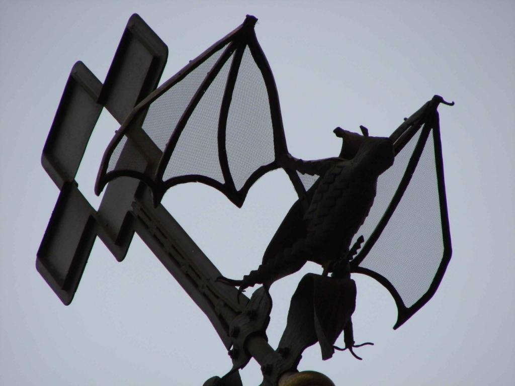 Флюгер Купола на Двлоцовой крыше - летучая мышь!!! Мышь, в символическом смысле, - полный негатив...