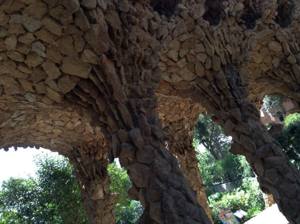 """Парк Гуэля. Нижний виадук (""""Музейный"""") в готическом стиле. Гаудианские виадуки, или путепроводы, или каменные мосты, возведены над неровной местностью с перепадом высот в 60 метров для плавного - прогулочного - подъема вверх."""