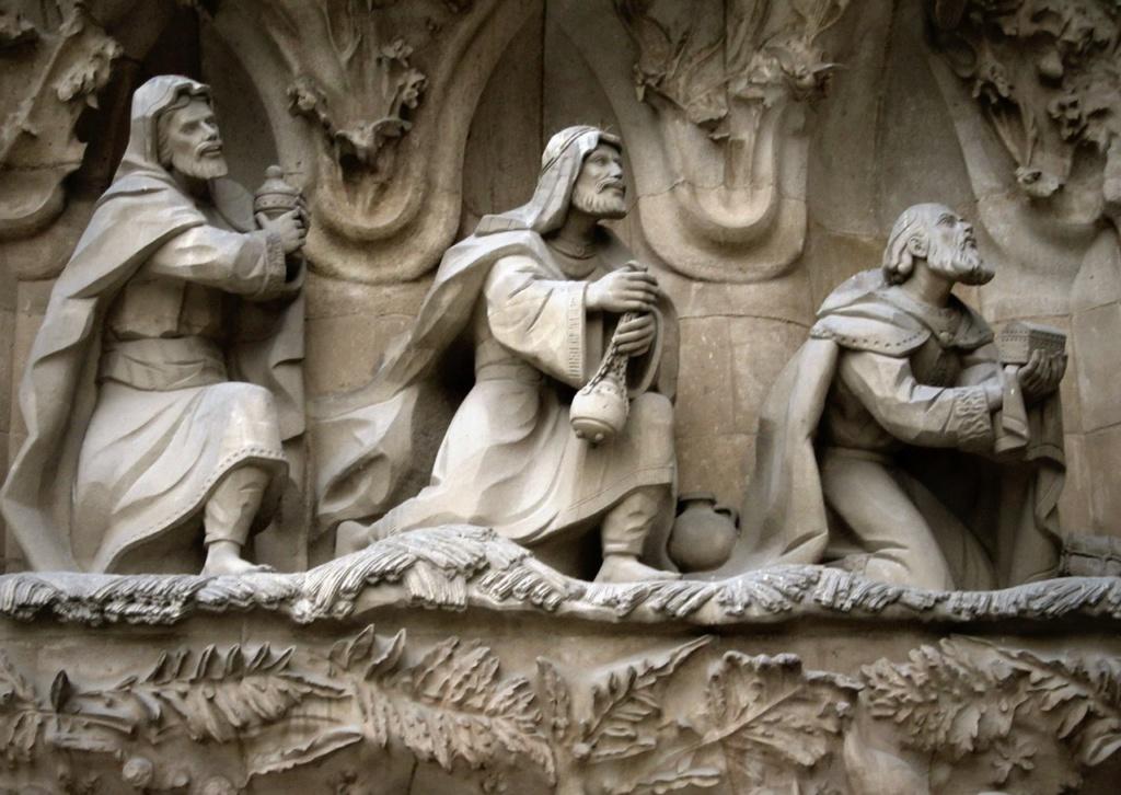 """САГРАДА ФАМИЛИЯ. Фасад """"РОЖДЕСТВА ХРИСТОВА"""". Центральный портал - """"МИЛОСЕРДИЕ"""". Нижний уровень: """"ПОКЛОНЕНИЕ ВОЛХВОВ"""" (слева). Три волхва или три царя: Гаспар, Мельхиор и Валтасар."""