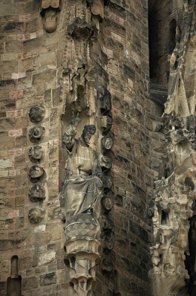 Каждая башня посвящена своему апостолу, статуи которых помещены в точках изменения их формы от квадрата к кругу..