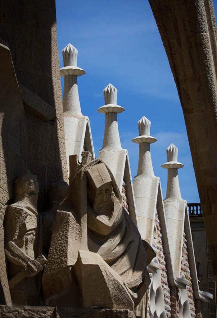 """1985 год. Скульптор Субиракс начинает работу над фасадом """"СТРАСТЕЙ ХРИСТОВЫХ""""..."""