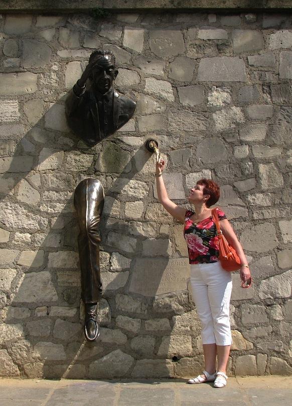 Что это - почувствовав себя парижанкой, Марина не могла не восхититься парижскими мужчинами, способными пройти через стену?