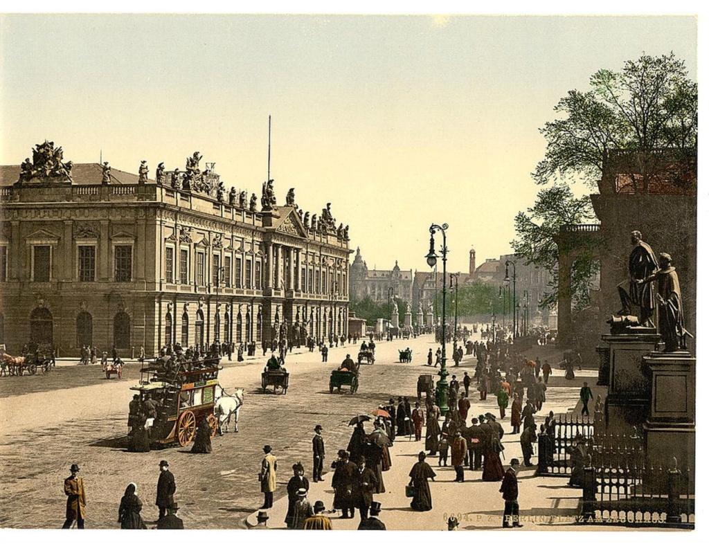 """Действие такого масштаба требует подкрепления в архитектуре. Тут же новоиспеченный король начала превращать Берлин (в переводе - """"медвежий угол"""") в столицу королевства. Возникли Королевский дворец, Арсенал, проложили Унтер-ден-Линден."""