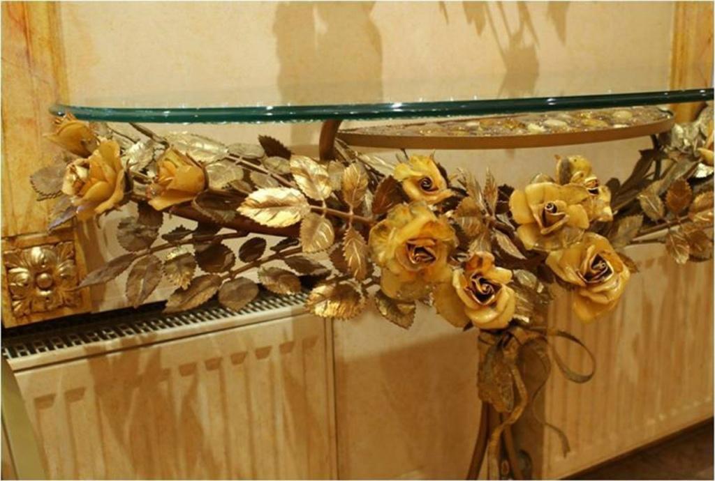 Ветвь из янтарных роз. Все остальное  выковано из металла и позолочено.
