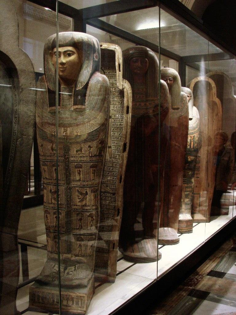"""Антропоморфныые деревянные саркофаги для знати (""""простых богатых людей"""" - сообщают аннотации). Новое царство."""