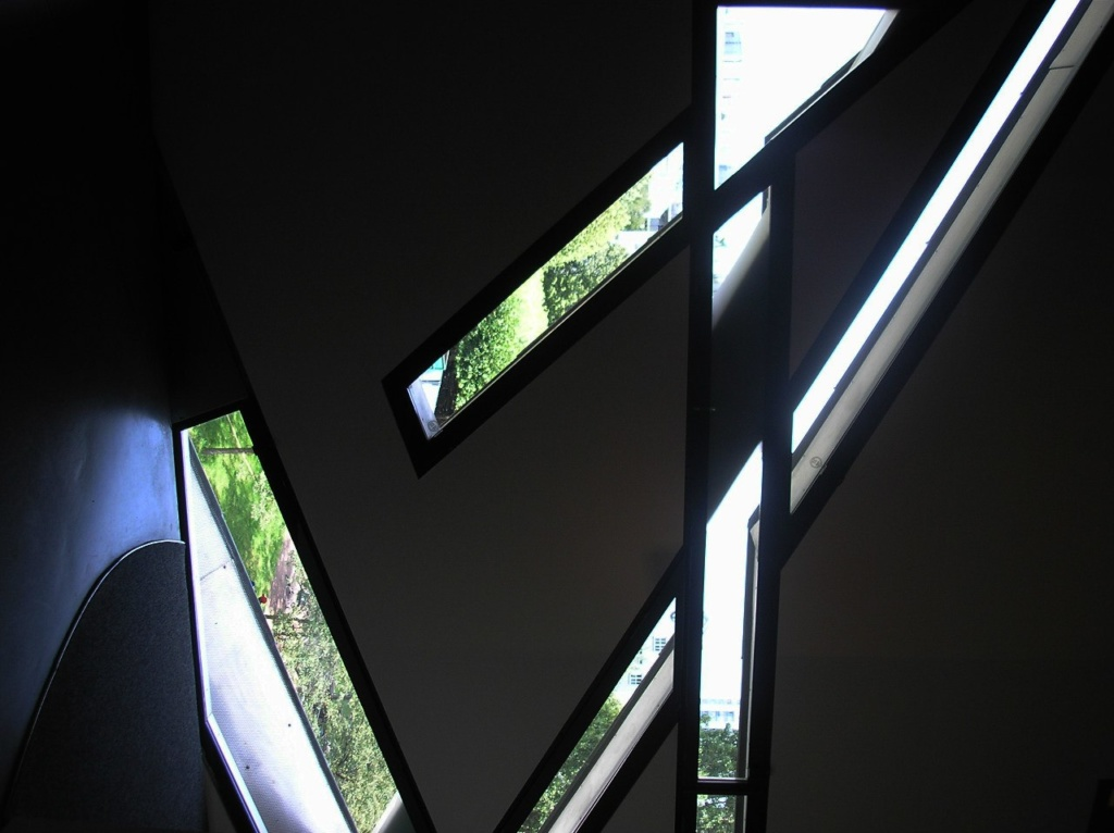 Берлин. Еврейский музей. Фрагменты окон изнутри... Фото из Интернета.