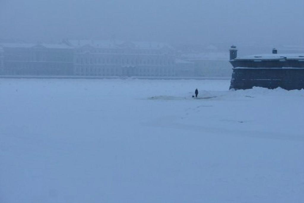 Вид с Троицкого моста на Дворцовую набережную и Иоанновский равелин Петропавловской крепости.