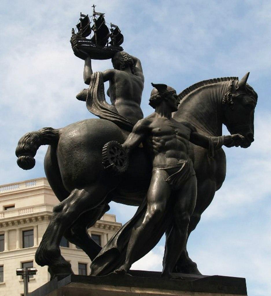 """Конная скульптура """"Барселона"""" на площади Каталонии. Это - творение скульптора Фредерика Маре, иллюстрирующего миф-вставку о создании города Гермесом и Гераклом, названного в честь судна, на котором они плыли, «Барка нона»"""