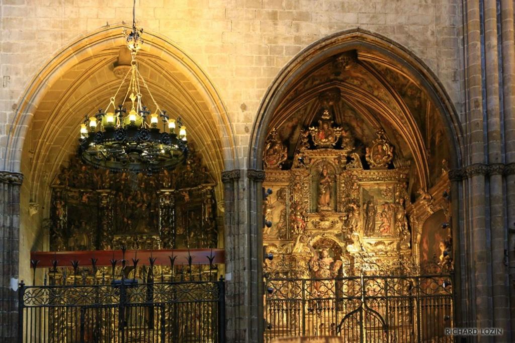 Кафедральный собор в Барселоне. 26 капелл, по 12 с южной и северной стороны, еще 2 со стороны главного входа. В каждой из них находятся многочисленные алтари XIV и XV веков...