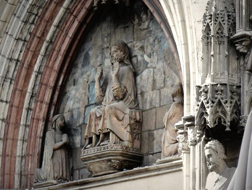 Церковь Санта-Мария-дель-Мар. Во время пожара в 1936 году, кроме фигур в тимпане, уцелели только скульптуры Петра и Павла.