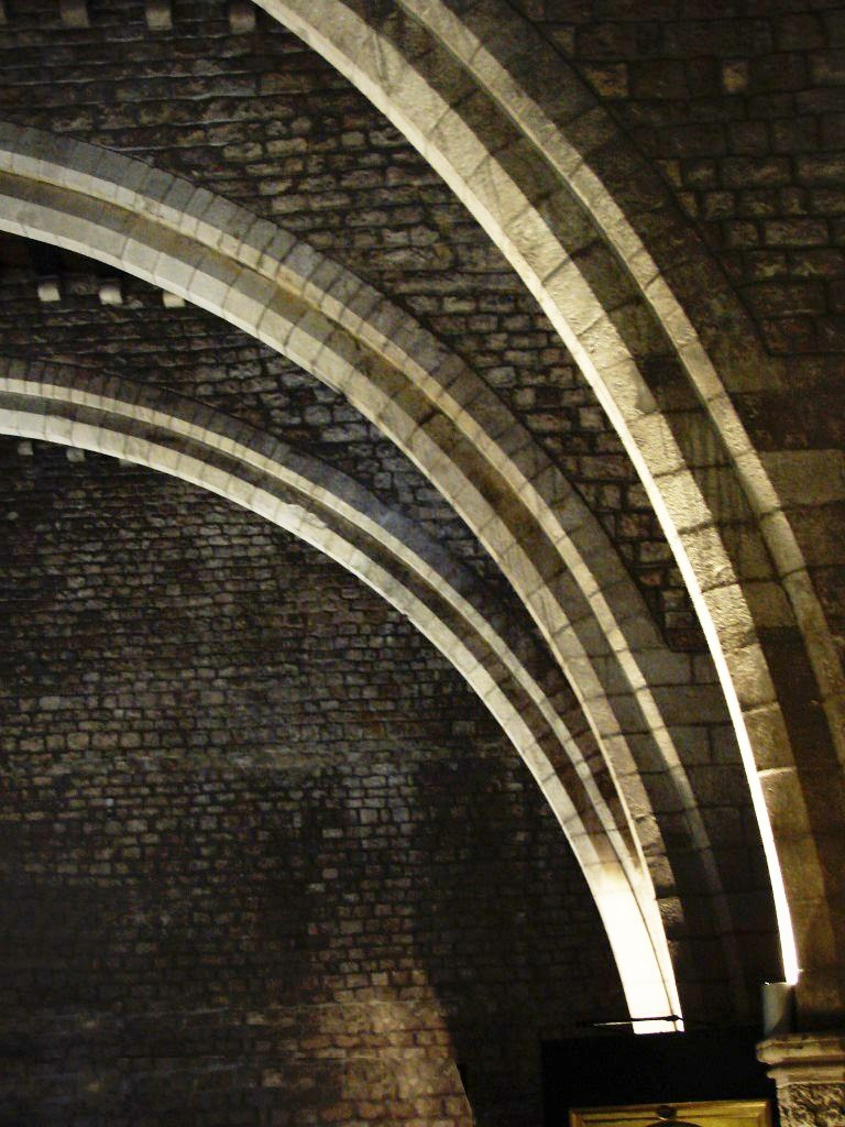 Барселона. Большой Королевский дворец. Середина XIV века. Тронный зал, перекрытый в стиле каталонской готики, что славилась использованием арочных ребер. Мы встретимся с этим строительным изобретением в самом неожиданном месте.