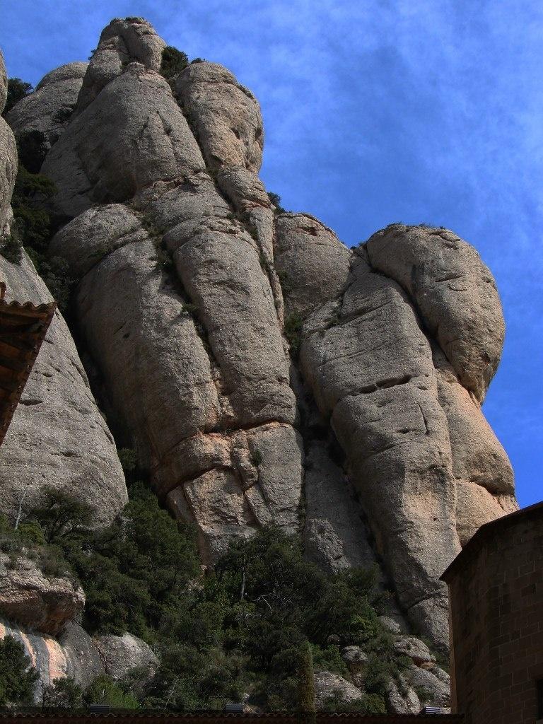 Каменные гиганты, нависшие над монастырем Монтсеррат... Фото М. Бреслав