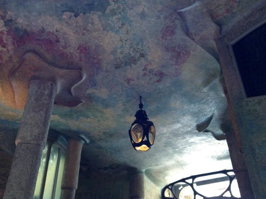 Каса Мила. Антонио Гауди. Вестибюльный этаж Дома. Роспись потолка и стен вестибюльного этажа.