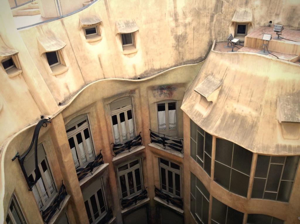 Каса Мила. Вид на стену мансарды с окнами-люнетами с крыши Дома, повторяющей изменение высот чердака.
