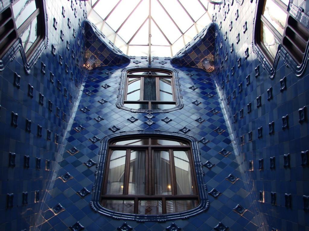 """Барселона. Каса Бальо. Антонио Гауди. 1906. Верхняя часть внутреннего двора, облицованная керамической плиткой кобальтово-синего цвета. Прямоугольное сопряжение стен снято треугольными """"парусами""""."""
